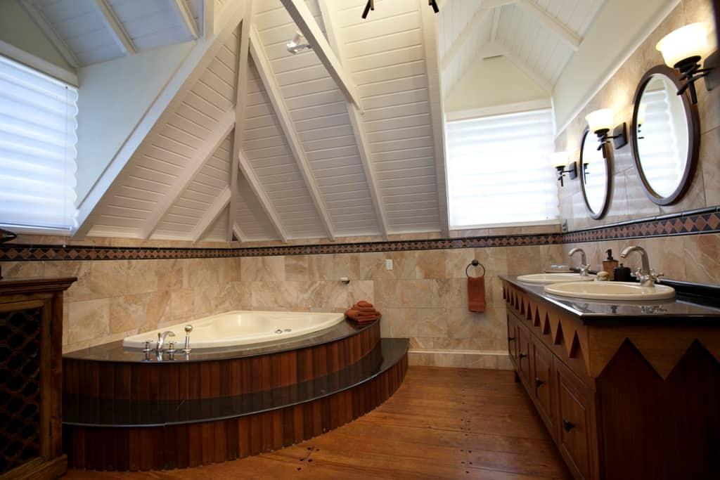 Main house - Pineapple bathroom